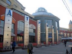 ТЦ Атриум - роскошный торговый центр на Садовом Кольце, вобрал в себя большое количество магазинов. Атриум - крайне приятный и очень красивый торговый центр, в котором комфортно находиться. Большинство торговых центров в каждый угол воткнули бы мини магазин - корнер, но в Атриуме чувтсвуется желание скрасить время, которое тратится на покупки живой музыкой - на первом этаже по выходным играют на рояле - самый верный признак высокого уровня торгового центра