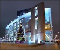 Отличный огромный торговый центр Европейский с большим количеством магазинов: люксовые марки вынесены в отдельный сектор — Галерея, в основной части торгового центра расположены магазины среднего ценового уровня.