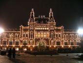 ТЦ ГУМ - самый роскошный торговый центр из всех в Москве. 3 этажа, красивейшие торговые линии, убранство торгового центра родом из 19 века. Огромнейшее удовольствие доставляет даже прогулки по этому торговому центру. Также, ТЦ ГУМ - излюбленное место для фотографий. Небольшое количество магазинов одежды. ТЦ ГУМ - одежное сердце Москвы и легенда