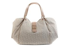 роскошная сумка Calvin Klein белого цвета с пряжкой и фирменным узором...