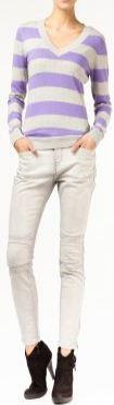 Легкая кофта из флиса и серые джинсы - все от марки Инсити