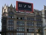 Один из самых известных в Москве торговых центров люкс класса, буквально утыканный магазинами. Экстерьер ЦУМа обладает потрясающей красотой, а вот интерьер ничем не отличается от торговых центров в Бирюлево.